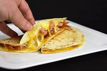 Quesadillas de jamón, beicon y queso